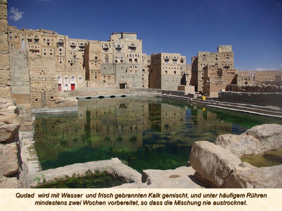 Qudad wird mit Wasser und frisch gebrannten Kalk gemischt, und unter häufigem Rühren mindestens zwei Wochen vorbereitet, so dass die Mischung nie austrocknet.