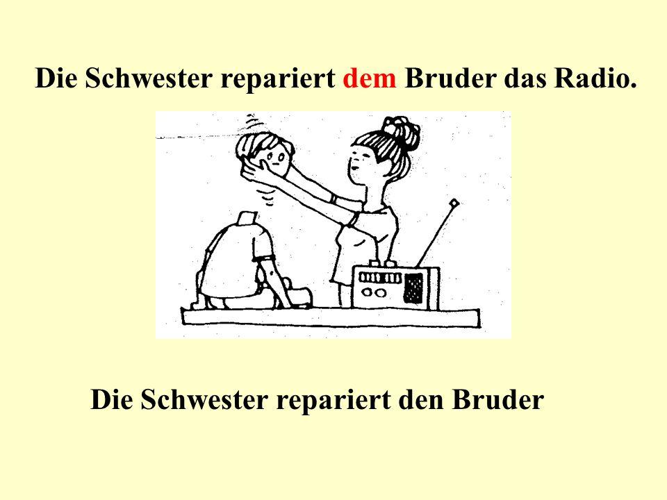 Die Schwester repariert dem Bruder das Radio.