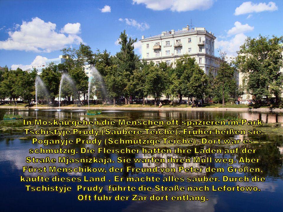 In Moskau gehen die Menschen oft spazieren im Park Tschistyje Prudy (Saubere Teiche).