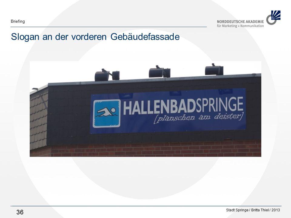 Slogan an der vorderen Gebäudefassade
