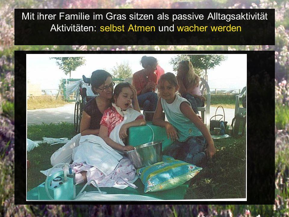 Mit ihrer Familie im Gras sitzen als passive Alltagsaktivität Aktivitäten: selbst Atmen und wacher werden