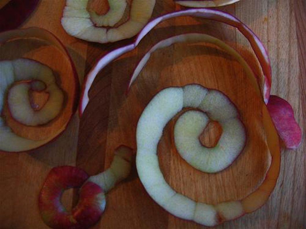 Die Schale ist um den Apfel herum.