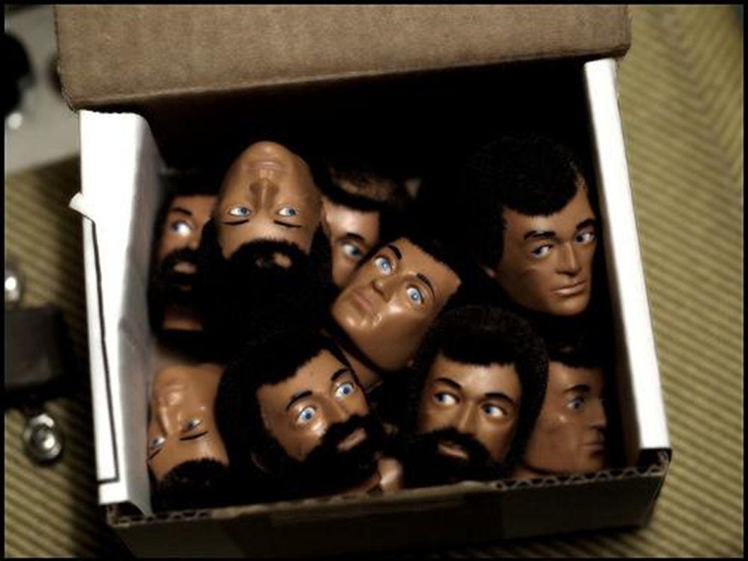 viele Männer-Köpfe