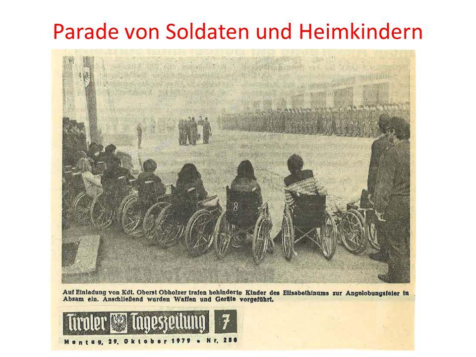 Parade von Soldaten und Heimkindern
