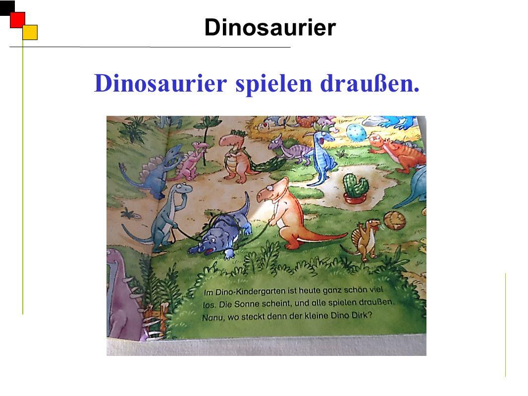 Dinosaurier spielen draußen.