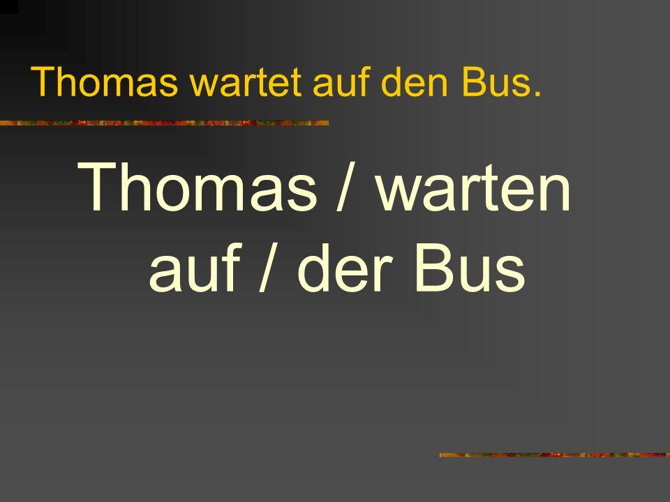 Thomas wartet auf den Bus.