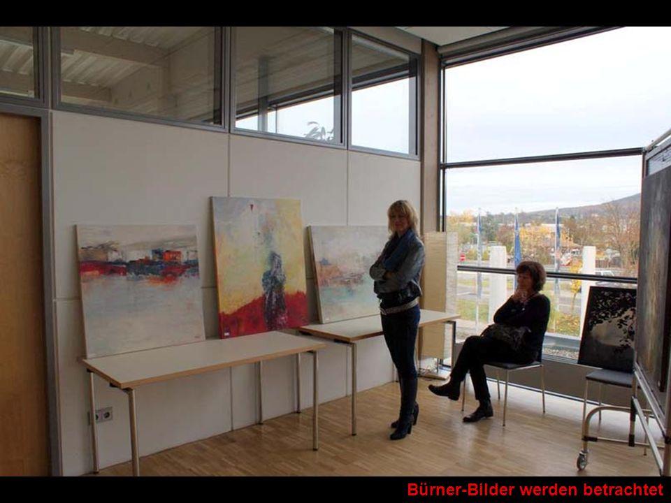 Bürner-Bilder werden betrachtet