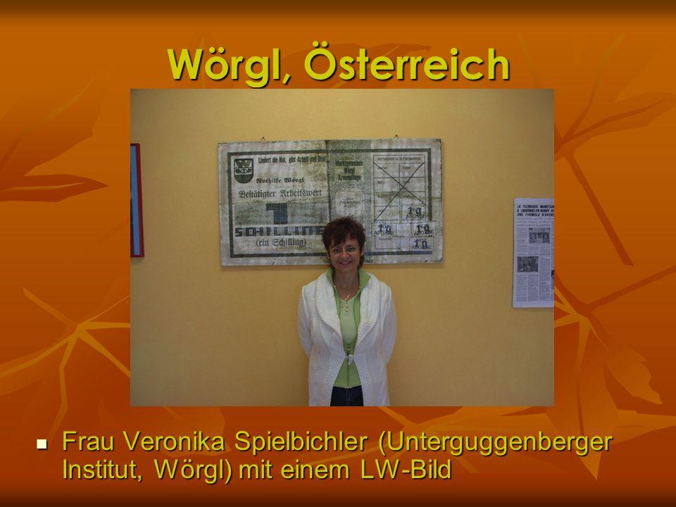 Wörgl, Österreich Frau Veronika Spielbichler (Unterguggenberger Institut, Wörgl) mit einem LW-Bild