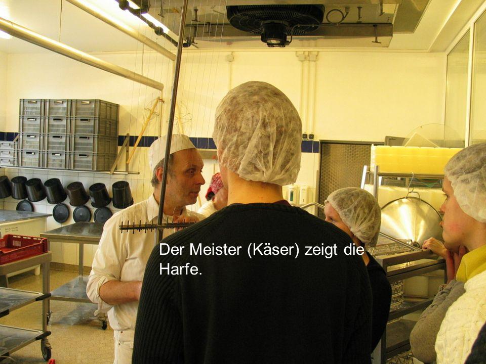 Der Meister (Käser) zeigt die