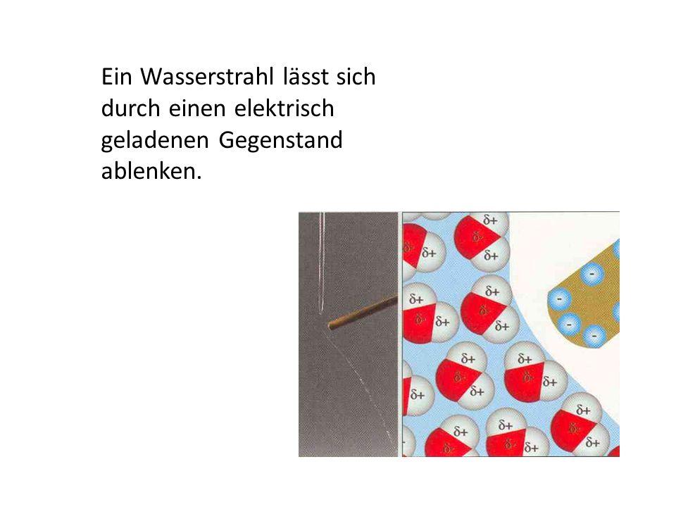Ein Wasserstrahl lässt sich durch einen elektrisch geladenen Gegenstand ablenken.