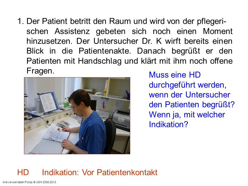 Der Patient betritt den Raum und wird von der pflegeri-