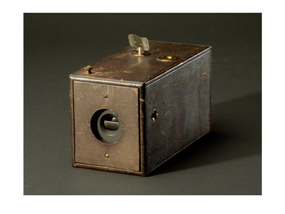 """Kurz zuvor hatte die Eastman Dry Plate Company unter dem Produktnamen """"Kodak die ersten Handkameras mit Rollenfilm auf den Markt gebracht."""