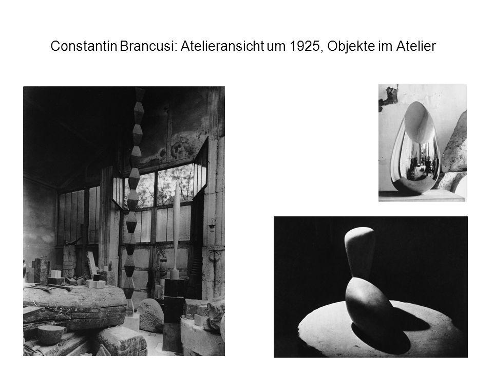 Constantin Brancusi: Atelieransicht um 1925, Objekte im Atelier