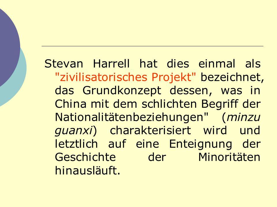 Stevan Harrell hat dies einmal als zivilisatorisches Projekt bezeichnet, das Grundkonzept dessen, was in China mit dem schlichten Begriff der Nationalitätenbeziehungen (minzu guanxi) charakterisiert wird und letztlich auf eine Enteignung der Geschichte der Minoritäten hinausläuft.