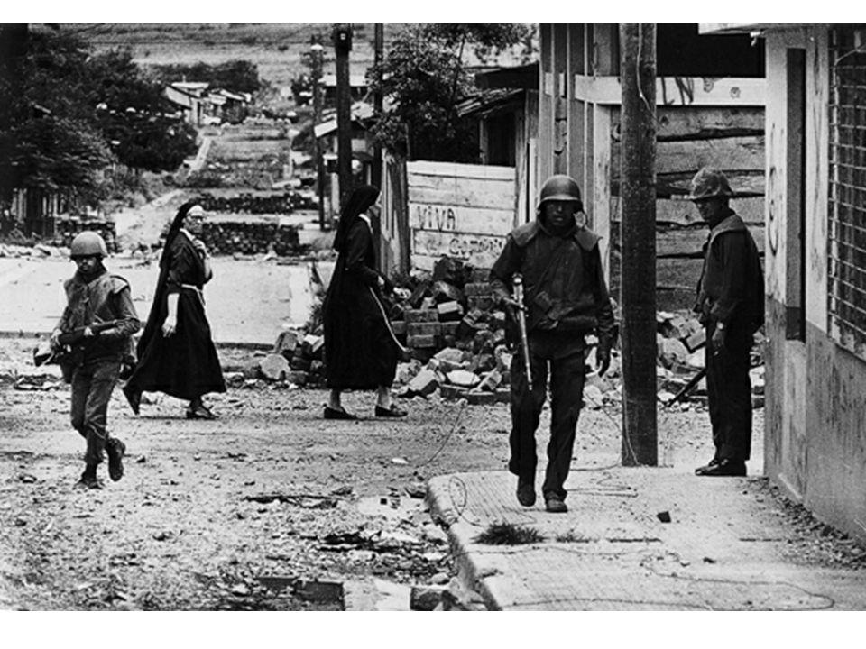 Koen Wessing, Nicaragua, Die Armee patrolliert auf den Straßen, 1979