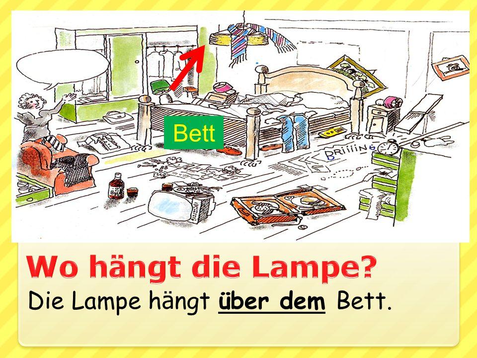 Bett Wo hängt die Lampe Die Lampe hängt über dem Bett.