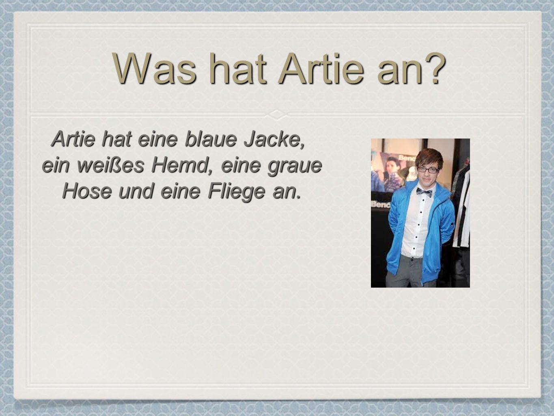 Was hat Artie an Artie hat eine blaue Jacke,