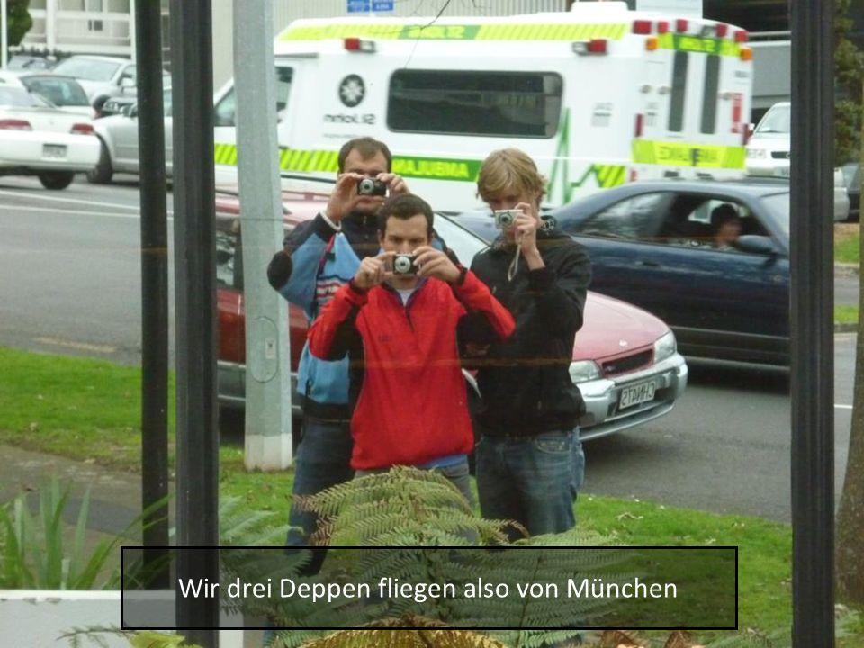 Wir drei Deppen fliegen also von München