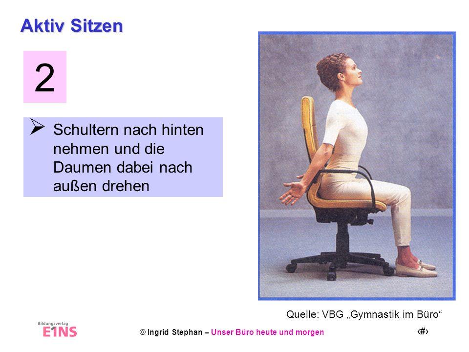 Aktiv Sitzen 2. Schultern nach hinten nehmen und die Daumen dabei nach außen drehen.