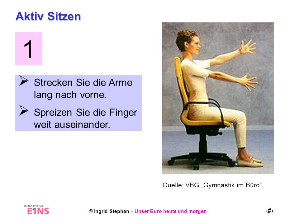 1 Aktiv Sitzen Strecken Sie die Arme lang nach vorne.