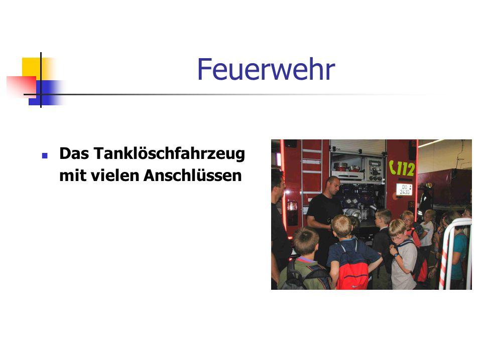 Feuerwehr Das Tanklöschfahrzeug mit vielen Anschlüssen