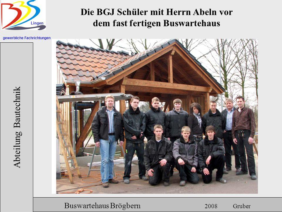 Die BGJ Schüler mit Herrn Abeln vor dem fast fertigen Buswartehaus