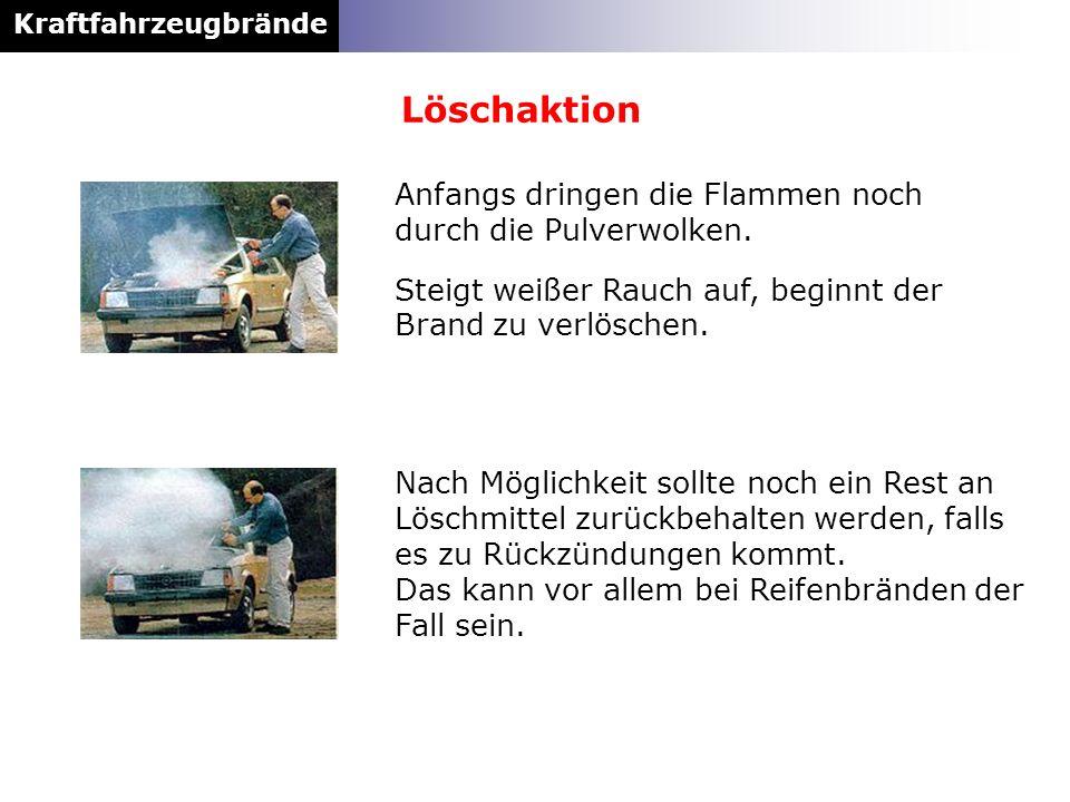 Löschaktion Anfangs dringen die Flammen noch durch die Pulverwolken.