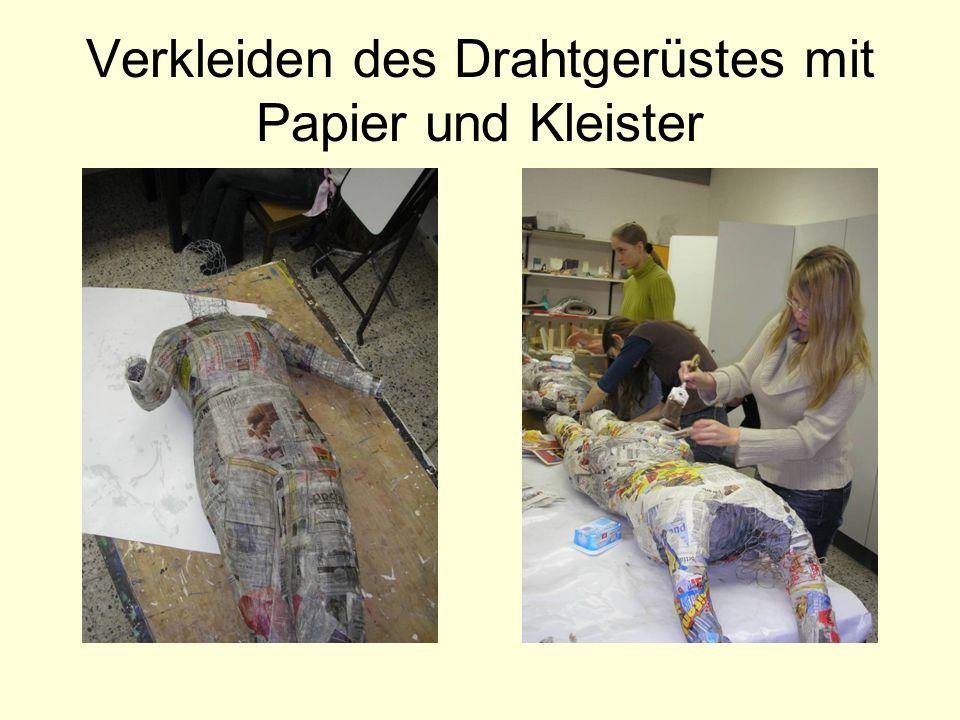 Verkleiden des Drahtgerüstes mit Papier und Kleister