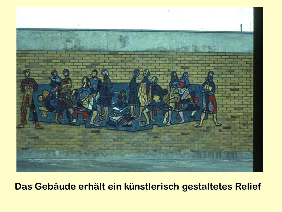 Das Gebäude erhält ein künstlerisch gestaltetes Relief