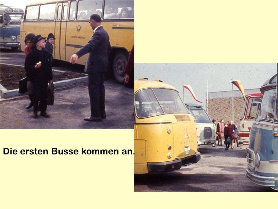 Die ersten Busse kommen an.