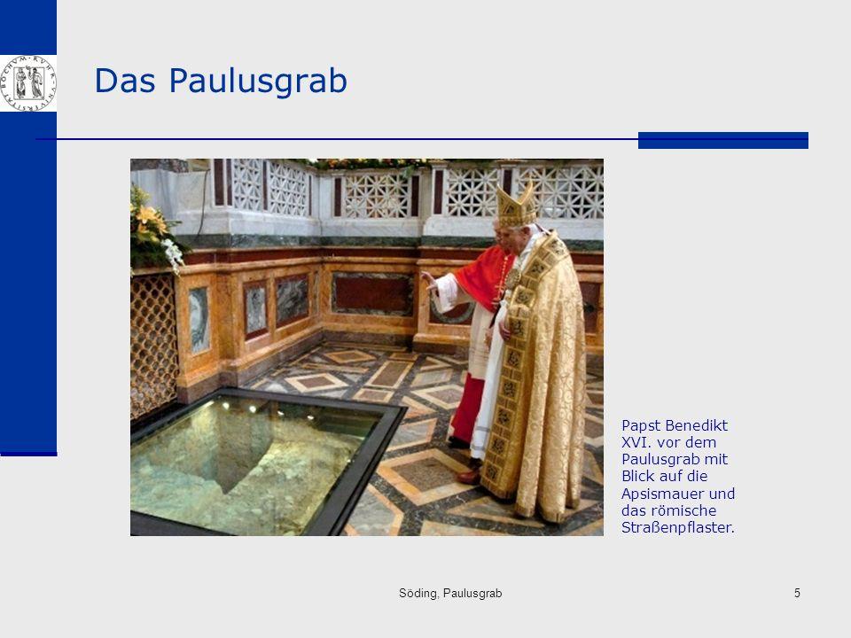 Das Paulusgrab Papst Benedikt XVI. vor dem Paulusgrab mit Blick auf die Apsismauer und das römische Straßenpflaster.