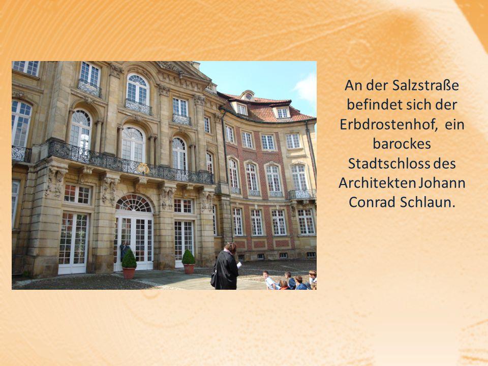 An der Salzstraße befindet sich der Erbdrostenhof, ein barockes Stadtschloss des Architekten Johann Conrad Schlaun.