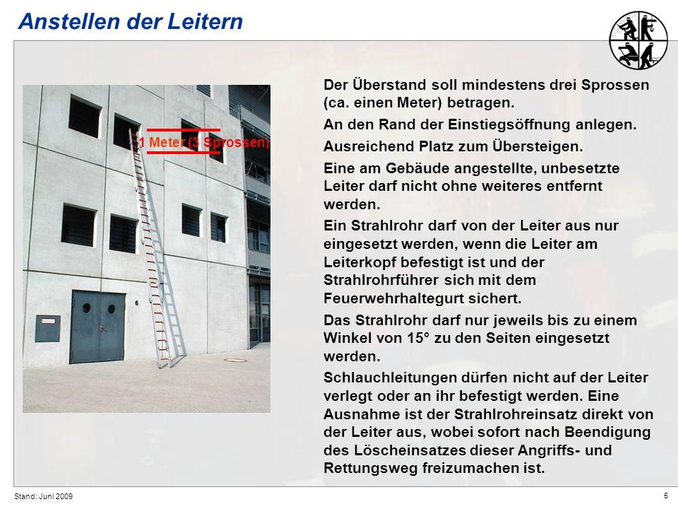Anstellen der LeiternDer Überstand soll mindestens drei Sprossen (ca. einen Meter) betragen. An den Rand der Einstiegsöffnung anlegen.