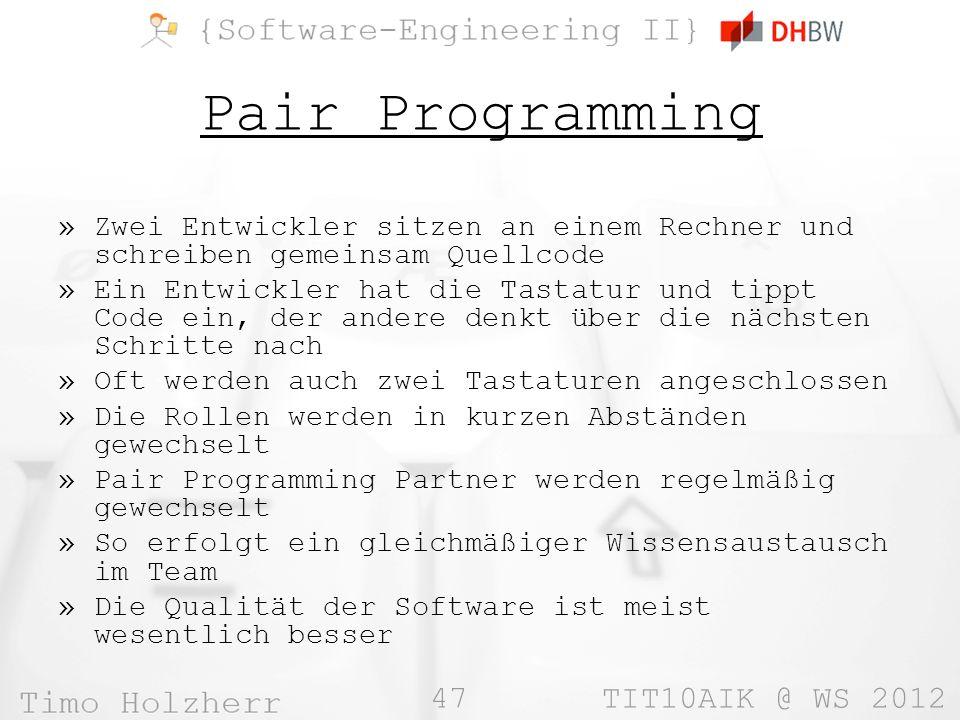 Pair Programming Zwei Entwickler sitzen an einem Rechner und schreiben gemeinsam Quellcode.