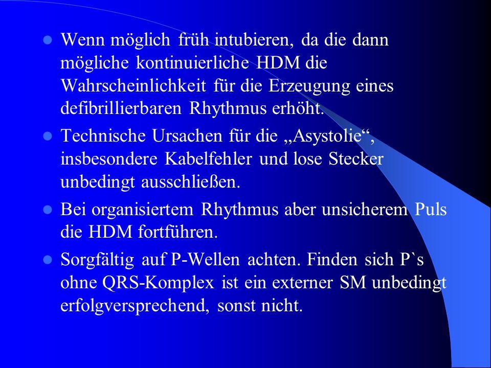 Wenn möglich früh intubieren, da die dann mögliche kontinuierliche HDM die Wahrscheinlichkeit für die Erzeugung eines defibrillierbaren Rhythmus erhöht.