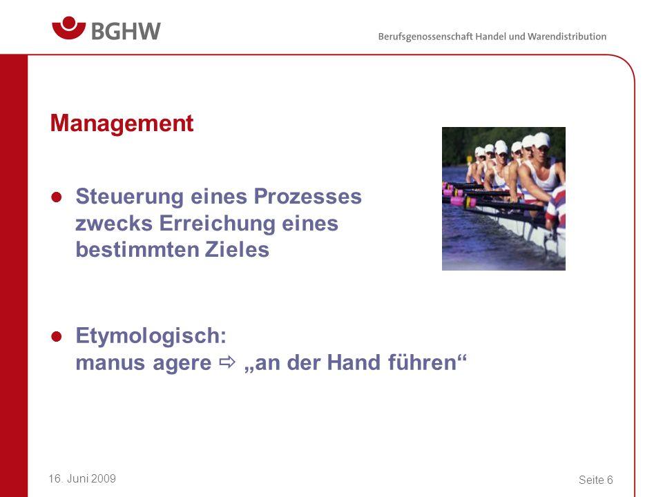 """Management Steuerung eines Prozesses zwecks Erreichung eines bestimmten Zieles. Etymologisch: manus agere  """"an der Hand führen"""