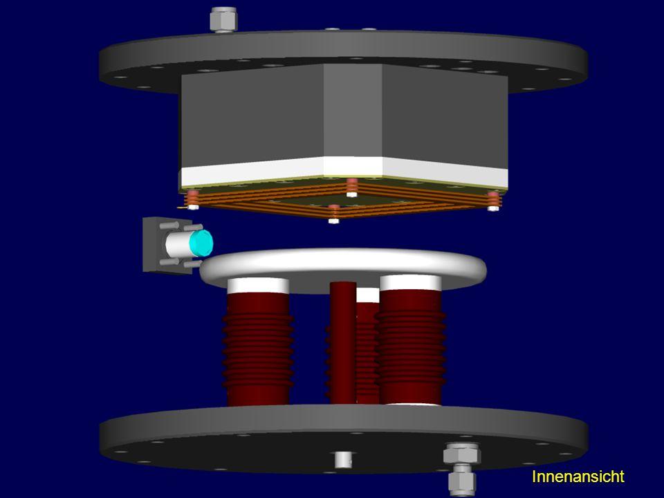 Hier sind die Außenwände nun entfernt und die innere Struktur der Kammer wird sichtbar. Unten montiert auf Stützisolatoren die Kathode und ihr gegenüber der Ausleseturm mit GEMs und der Pad-Ebene.