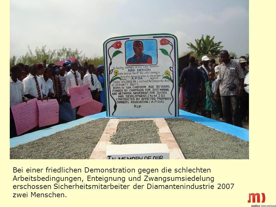 Bei einer friedlichen Demonstration gegen die schlechten Arbeitsbedingungen, Enteignung und Zwangsumsiedelung erschossen Sicherheitsmitarbeiter der Diamantenindustrie 2007 zwei Menschen.