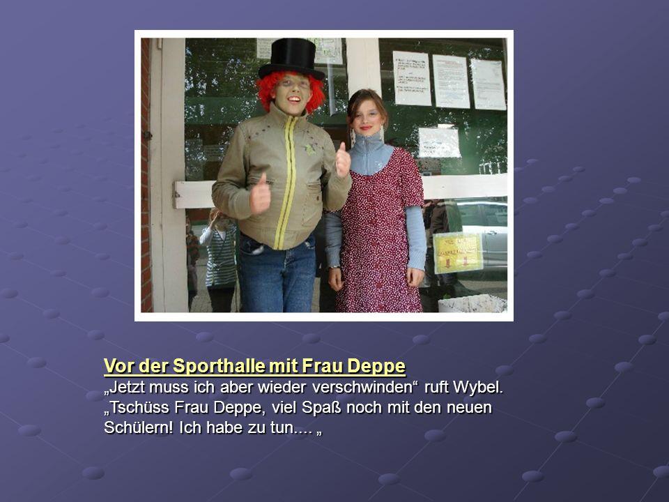 Vor der Sporthalle mit Frau Deppe
