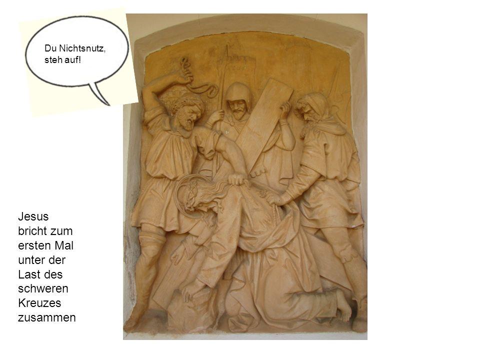 Du Nichtsnutz, steh auf! Jesus bricht zum ersten Mal unter der Last des schweren Kreuzes zusammen