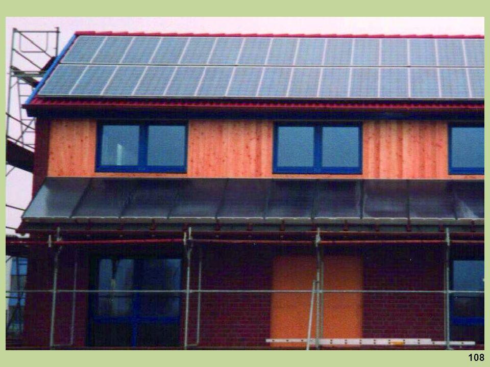 Nicht nur auf dem Dach, sondern auch als Beschattungselemente mit der Funktion einer Sonnenmarkise sind hier Solarmodule installiert.