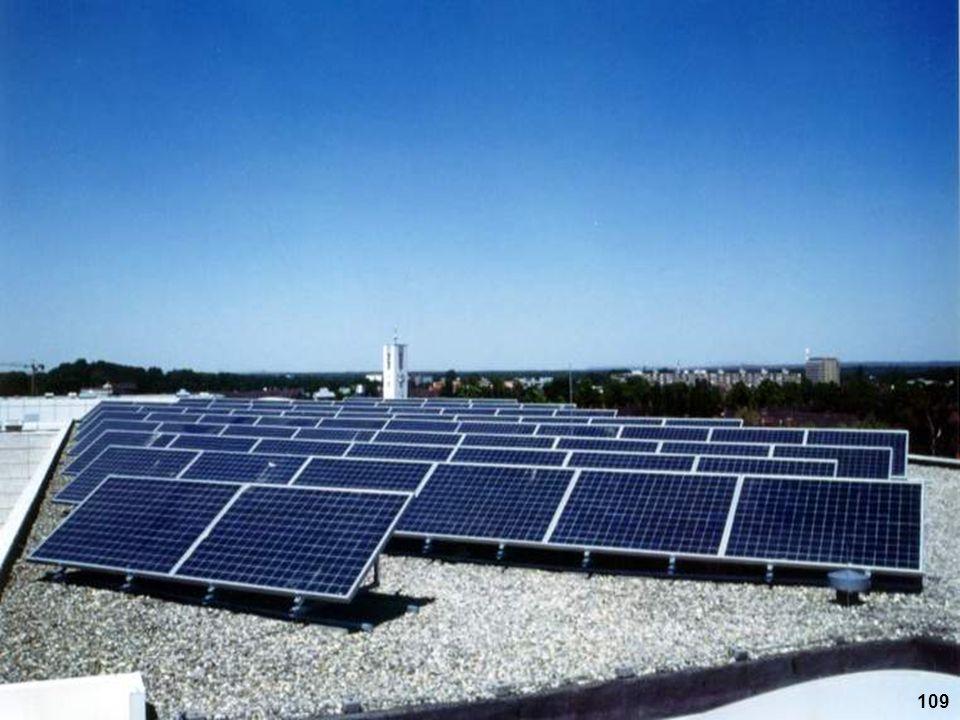 Eine aufgeständerte Solaranlage auf einem Flachdach