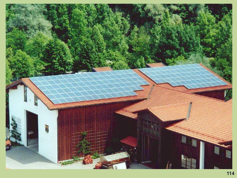 Immer mehr Landwirte nutzen die großen Dächer ihres Betriebes für eine zusätzliche Solarstromernte.