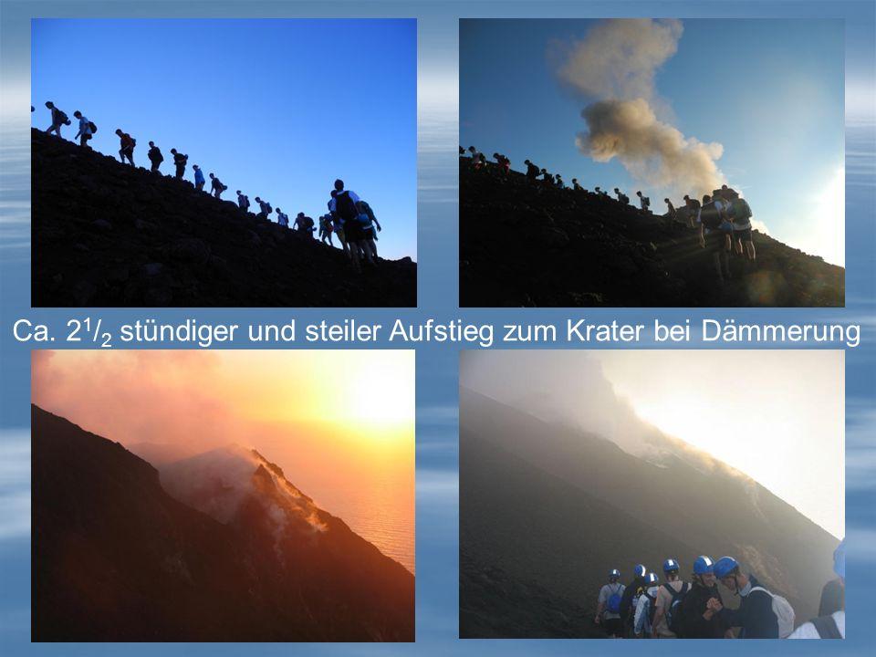Ca. 21/2 stündiger und steiler Aufstieg zum Krater bei Dämmerung