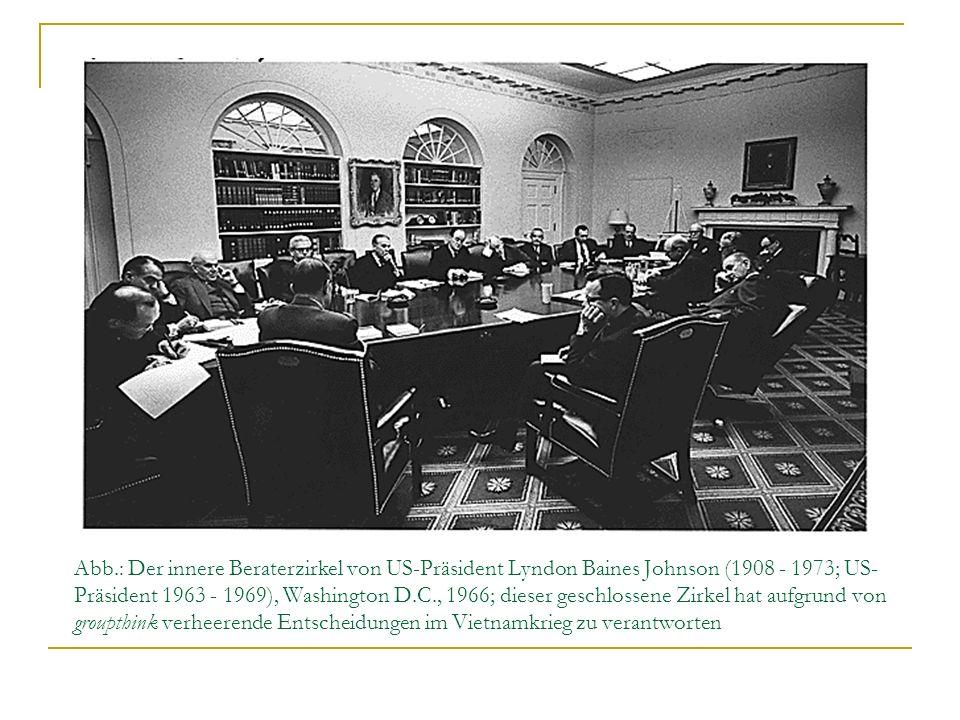 Abb.: Der innere Beraterzirkel von US-Präsident Lyndon Baines Johnson (1908 - 1973; US-Präsident 1963 - 1969), Washington D.C., 1966; dieser geschlossene Zirkel hat aufgrund von groupthink verheerende Entscheidungen im Vietnamkrieg zu verantworten