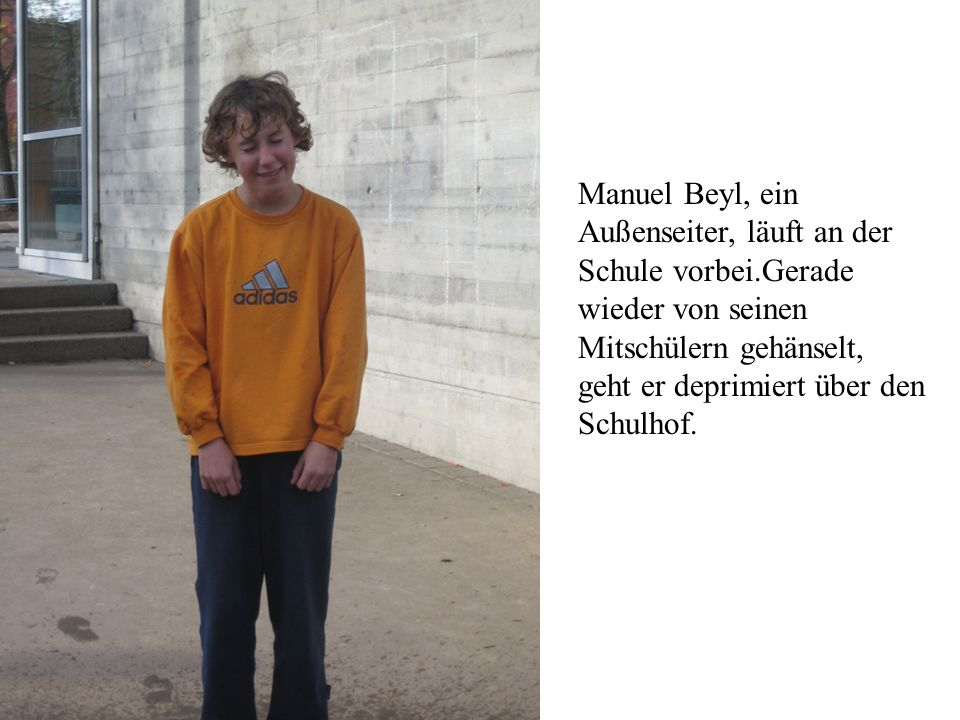 Manuel Beyl, ein Außenseiter, läuft an der Schule vorbei