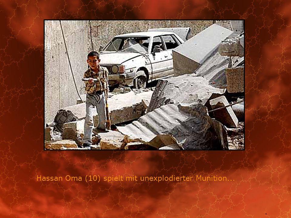 Hassan Oma (10) spielt mit unexplodierter Munition...