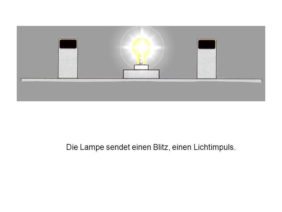 Die Lampe sendet einen Blitz, einen Lichtimpuls.