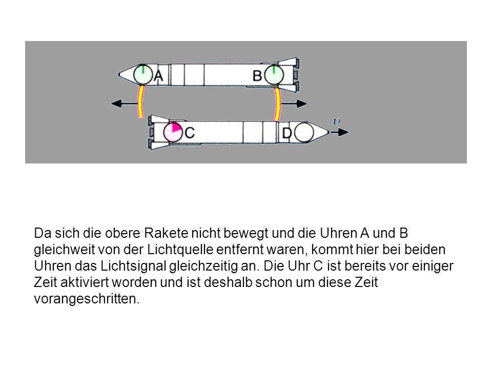 Da sich die obere Rakete nicht bewegt und die Uhren A und B gleichweit von der Lichtquelle entfernt waren, kommt hier bei beiden Uhren das Lichtsignal gleichzeitig an.
