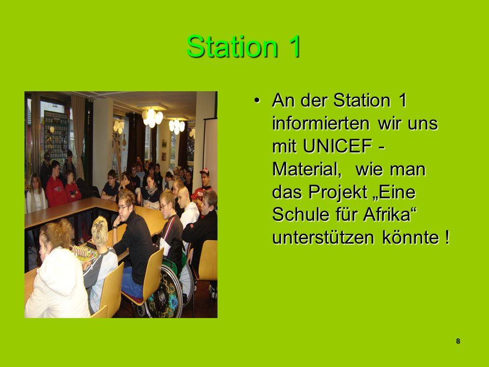 """Station 1 An der Station 1 informierten wir uns mit UNICEF - Material, wie man das Projekt """"Eine Schule für Afrika unterstützen könnte !"""